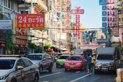 Signes lumineux des magasins et des restaurants de la ville de la Chine, Bangkok, Thaïlande Photo stock