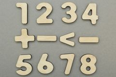 Signes mathématiques et figures sur un fond gris photos stock