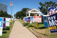 Signes multiples de campagne à l'emplacement de vote photographie stock libre de droits