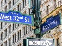 32 signes occidentaux de Broadway d'amd le long des rues de ville, NYC Images libres de droits