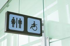 Signes publics de toilettes avec un accès handicapé photographie stock