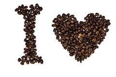 Signes symboliques avec le coeur fait de grains de café rôtis d'isolement sur un fond blanc Photographie stock libre de droits