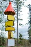 Signes vides conceptuels de couleur jaune dans la forêt - toit rouge photos stock