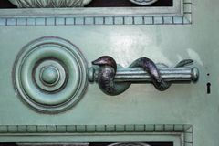 Signet змейки на двери металла стоковые изображения