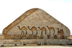 Signez à l'entrée à Lokbatan, avec des chameaux images stock