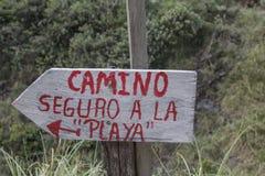 Signez au voyage de montagne de Salkantay au Pérou images stock