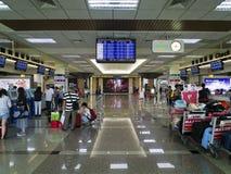 Signez contre à l'intérieur de l'aéroport de Taïpeh Songshan Photographie stock libre de droits