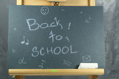 Signez, de nouveau au ` d'école sur le conseil noir Images libres de droits