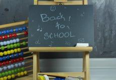 Signez, de nouveau au ` d'école sur le conseil noir Photos stock