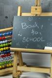 Signez, de nouveau au ` d'école sur le conseil noir Images stock