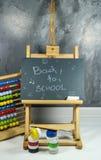 Signez, de nouveau au ` d'école sur le conseil noir Photo libre de droits