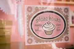 Signez dedans l'hublot de boulangerie Photos libres de droits