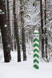 Signez dedans la forêt de l'hiver Images libres de droits
