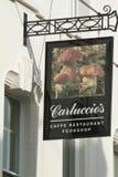Signez en dehors du café et du restaurant du ` s de Carluccio à Londres, R-U Image stock