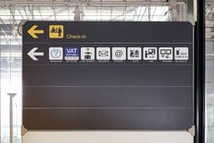 Signez et entretenez l'aéroport international de signe de conseil de l'information de guide Image stock