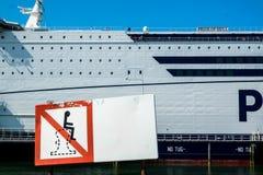 Signez expliquer qu'on ne lui permet pas de se reposer sur une borne sur le terminal du ferry de P et d'O images libres de droits