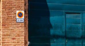 Signez interdire se garer de 0 à 24h sur une porte de garage Image libre de droits