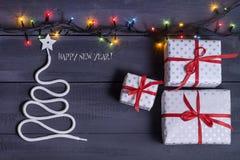 Signez l'arbre de Noël de symbole sur un fond en bois Une copie de l'espace L'idée d'une joyeuse nouvelle année Noël photos stock