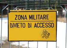 Signez l'interdiction en dehors du secteur militaire avec le texte italien MILITAR Photographie stock libre de droits
