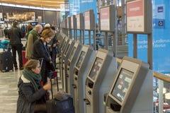 Signez la machine à l'aéroport international d'Oslo Gardermoen Images libres de droits