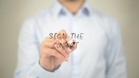 Signez le contrat, écrivant sur l'écran transparent images libres de droits