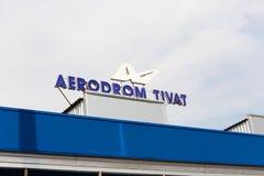 Signez le ` d'Aerodrom Tivat de ` sur le bâtiment d'aéroport dans Tivat dans Monténégro photographie stock libre de droits