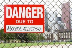 Signez le danger dû à l'alcoolisme accrochant sur la barrière photos libres de droits