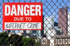 Signez le danger dû à la pendaison de crime d'Internet sur la barrière photos libres de droits