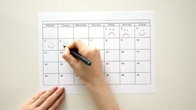 Signez le jour dans le calendrier avec un stylo, dessinez un sourire clips vidéos