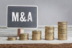 Signez les fusions et les acquisitions avec des piles de pièce de monnaie de croissance Photo libre de droits