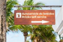 Signez montrer la direction à une barre de service d'individu sur une station de vacances tropicale (horizontale) Images stock