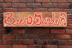 Signez qui lit le 'jardin de bière' sur le mur de briques Photographie stock
