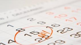 Signied een loonsdag op een kalender door rode pen Stock Afbeelding