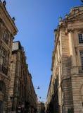 Significante straat dichtbij de Plaats DE La Bourse van Bordeaux in Fr Stock Fotografie