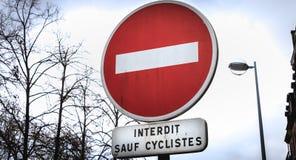 Signification rouge de rond français de panneau routier interdite excepté des cyclistes photographie stock libre de droits