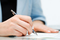Bisiness woman signing contract Royalty Free Stock Photos