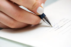 Businesswoman signing contract Royalty Free Stock Photos