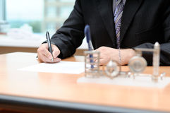 Signing the document Royalty Free Stock Photos