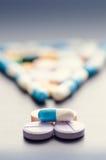 Signo de exclamación Signo de puntuación Fondo de la farmacia en una tabla negra Tabletas en un fondo negro Píldoras Medicina y s Fotografía de archivo libre de regalías