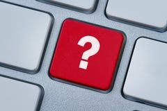 Signo de interrogación en el clave de ordenador Fotografía de archivo libre de regalías