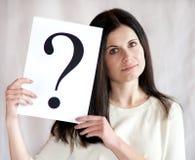 Signo de interrogación en las manos de la mujer de negocios Fotografía de archivo libre de regalías