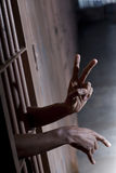 Signo de la paz de una celda de prisión imagenes de archivo