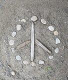 Signo de la paz hecho a mano natural en la suciedad Imágenes de archivo libres de regalías