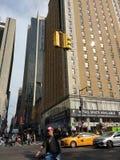 Signo de la paz Photobomb, jinete de la bici, NYC, NY, los E.E.U.U. foto de archivo libre de regalías