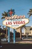 Signo positivo de Las Vegas con la tira de Vegas en fondo Fotos de archivo
