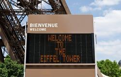 Signo positivo inglés de la torre Eiffel en París. Imagenes de archivo