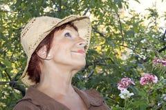 Signora 65 anni nel giardino Immagini Stock Libere da Diritti