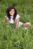 Signora abbastanza giovane su un prato Fotografie Stock