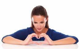 Signora adorabile che esamina un segno di amore Immagine Stock