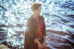 Signora affascinante sui precedenti del fiume Fotografia Stock Libera da Diritti